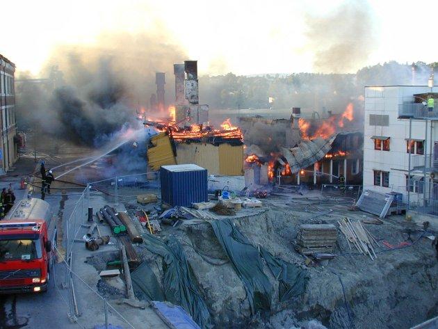 Brann i Hønefoss. Alfred og en bygård bak utestedet brant ned, bygården helt til grunnen. Fossveien 11, der Glade Hjul holder til, fikk store skader. Brannen startet i bygården (bildet) bak Alfred og spredte seg raskt. Den gamle trebebyggelsen øverst i Stabells gate, ligger i ruiner. Familier mistet alt de eide. Borte er også Ortopediske Skoreparasjoner og E-G's Salong. Det samme er det populære utestedet Alfred, der Tage Hybertsen og Stig Blesvik Eriksen bare må konstatere at det de bygde opp for noen år siden, i en hard bransje der det er mange om beinet, har rast fullstendig sammen. Sykkelforretningen Glade Hjul, i et meget flott forretningslokale, er i brannskadet bygg. Også andre får merke brannens herjinger. Men oppe i all elendigheten, er det en trøst at ingen mennesker ble fysisk skadet i den voldsomme brannen. Bare tanken på om brannen hadde brutt ut en sen kveldstime da flere hundre ungdommer hadde vært inne i et hektisk festmiljø på Alfred, kan gjøre at man får frysninger på ryggen. Slike tragedier har skjedd andre steder. Det kunne ha skjedd i Hønefoss, men heldigvis ble vi spart for det.
