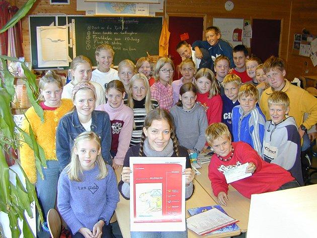 TEGNET SEG TIL TOPPS: Tina Sporstøl fra klasse 7B på Vik skole vant konkurransen om forsidetegningen på den lokale forsiden av telefonkatalogen Ditt distrikt.