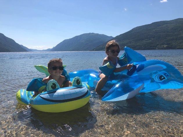 Aleksander Kleivan (4) og Elise Kleivan (6) fra Austbygde storkoser seg på Sandviken med badelekene sine.