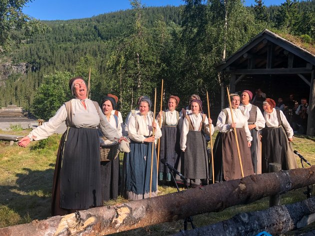 SYNGER AV FULL HALS: Lokale skuespillere starter årets spel med sang og dans. Helt i front står Ruth Nilsen som har vært med siden første gang Marispelet ble satt opp.