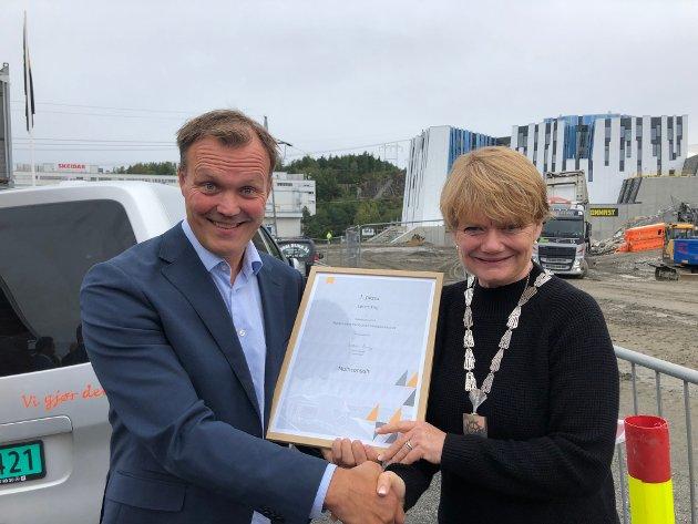 Ordfører Ragnhild Bergheim mottar prisen fra Multiconsult v/ Bjørn Oscar Unander