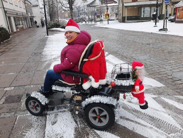 Maritzelda Nielsen fra Jessheim sprer glede med sin spesielle, blinkende juleekvipasje. Foto: Bjørn Erik Nyberg