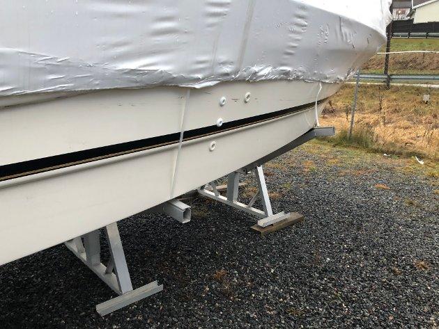 På siden av Andersens båt er det laget flere store og dype riper.