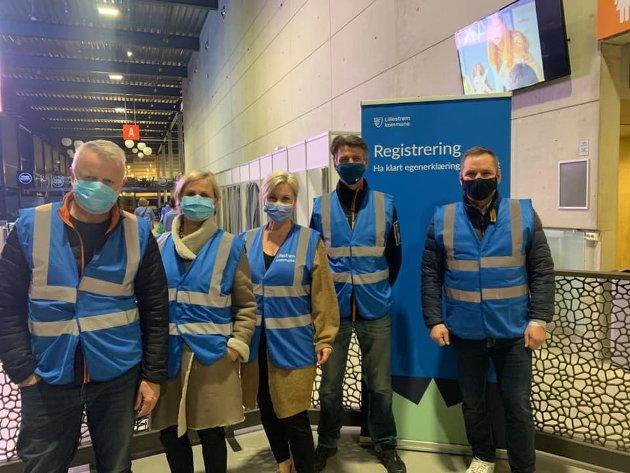 Frivillige: Noen av de mange frivillige som deltar under massevaksineringen. Her fra venstre Roy Dalen, Greta Juul, Annalee Bergtun og Dan-Viggo Bergtun.