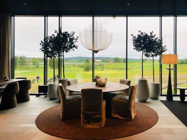 Inne i restauranten og baren er det store vindusflater med utsikt mot golfbanen. Foto: C&H