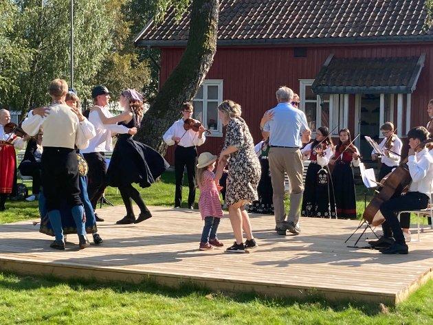 Bildet er fra Dansesøndag forrige helg, hvor store og små koste seg på plattingen. Denne søndagen blir det mye større tilbud til barna.