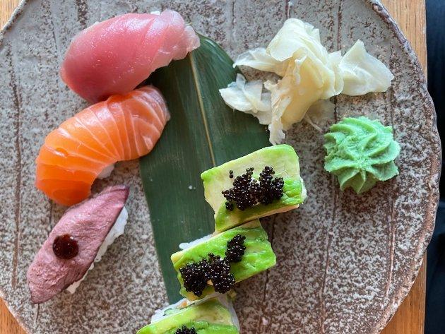 KUNSTFERDIG: Det holder ikke for kokkene på Tempura sushi å legge nigri og maki på tallerken uten tenke på at det skal se pent ut. Som her.