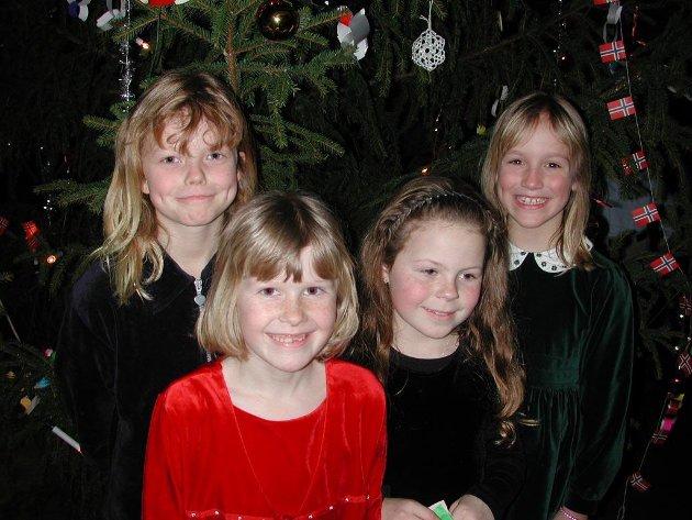 2002: Malin Helen Blindheim (9), Silje Mari Mevik (8), Ida Berg Sylte (8) og Linn Maria Hovdan (9) var begeistret over kveldens juletrefest, og likte spesielt godt at de fikk muligheten til å opptre.
