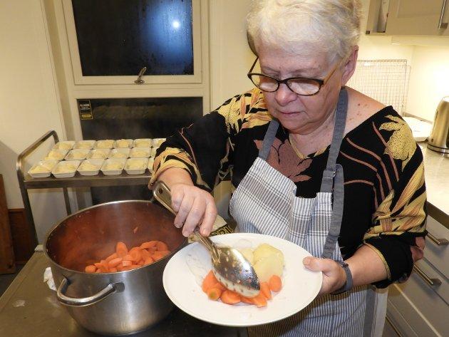 Gulrøtter og poteter legges på tallekenen før servering.