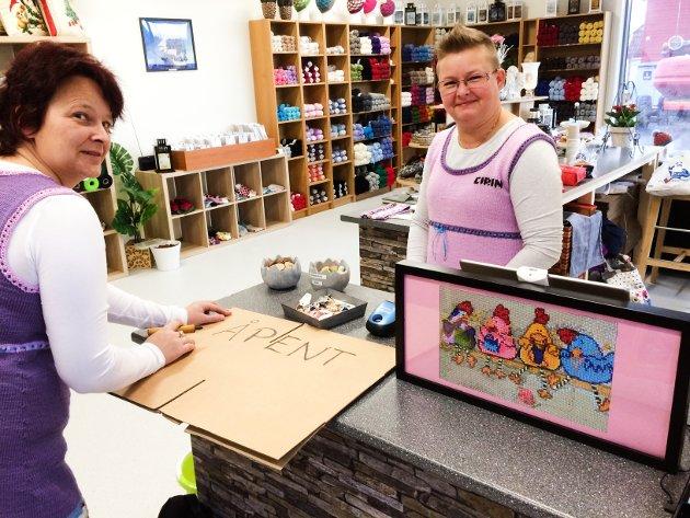 KLAR til åpning for Hobbyhønene på hjørnet. Skiltet med hønebildet har damene selv laget som perlebilde.