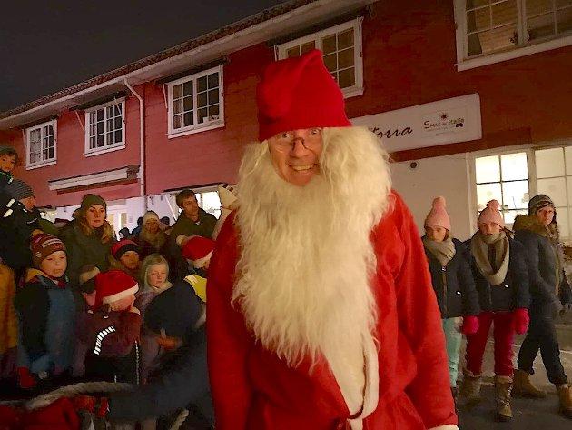 """NISSEFAR: """"Mulenissen"""" var på plass og delte ut juleposer til de minste i år også."""