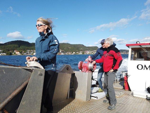 Lene Conradi fra Asker og Heidi Sorknes fra Hurum på tur ut fra Tofte med OF-sjef Espen Søilen i bakgrunn.
