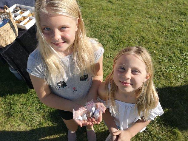 Søstrene Sofie (9 1/2)  og Emilie (7) med hver sien forundringspose med pene steiner.