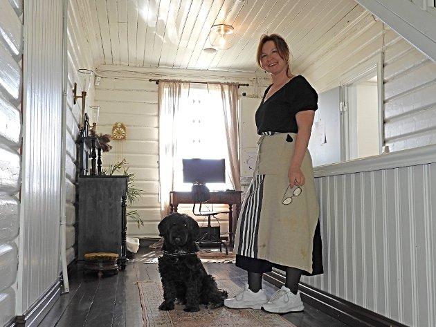 Maj Back i andre etasje av huset, sammen med den allergivennlige hotellhunden Dolly.