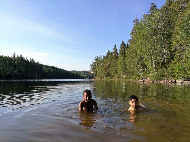 Finan Negasi og Alaa Aldaymes synes ikke vannet er det spor kaldt og nyter et friskt bad i Skapertjern.