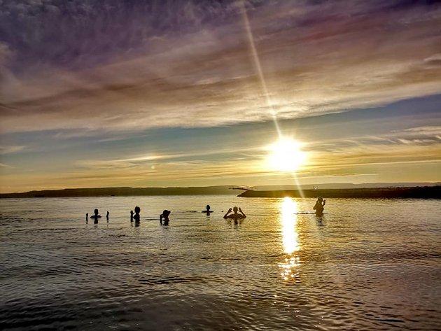 MAGISK: Solen står lavt på himmelen når vinterbaderne på Sjøstrand inntar morgenbadet uken før påsken.