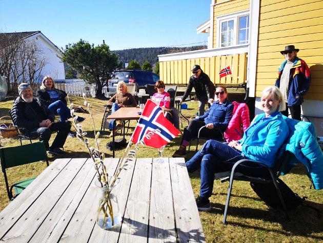 HAGEFEST: Geir Olsen holdt fest for sine utvalgte gjester i hagen på Nærsnestangen.
