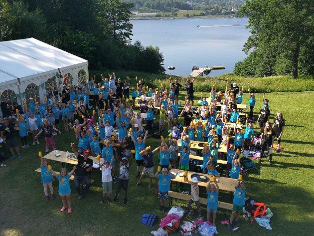 GRUPPER: De 130 barna deles inn i grupper med hver sit bord i den store hagen. Her samles de også i pausene og til lunsj.