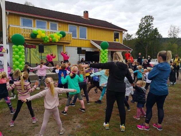 OPPVARMING: Kristina og Marien fra Boost Up stod for oppvarmingen for både store og små. De bød på morsomme og enkle dansebevegelser til musikk,  og her er det de yngste som er i aksjon. Flere av de voksne klarte heller ikke å stå stille, og ble med i dansen.