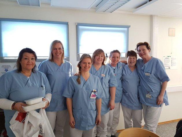 Elin Gran Weggesrud sammen med de ansatte i hjemmesykepleien.  Hun hadde arbeidsuke i omsorgsektoren og var også utplassert ved hjemmesykepleien.