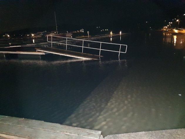 Slik så det ut ved Bjerkøya Båtforening da vannstanden var på sitt høyeste i 3-tiden natt til onsdag.