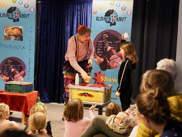 Klovnen Knut har 40 års erfaring med å få barna med på moroa.
