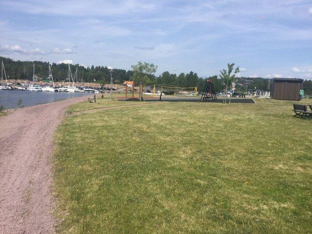 Parken med ny grus på gangvei