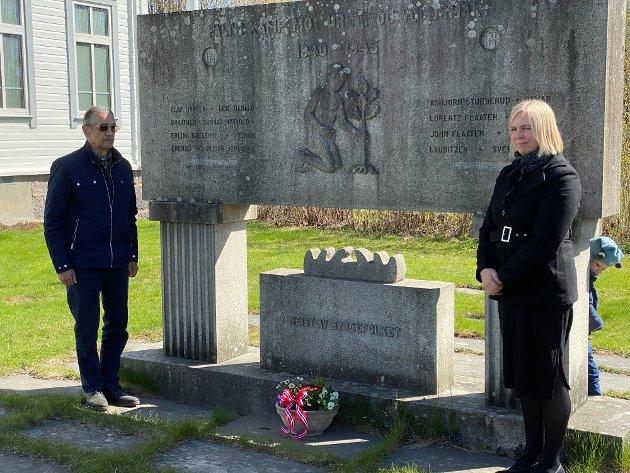 8. MAI: Blomster ved bautaen ved ordfører Elin Gran Weggesrud og Ola Gran fra Nordre Vestfold Forsvarsforening.