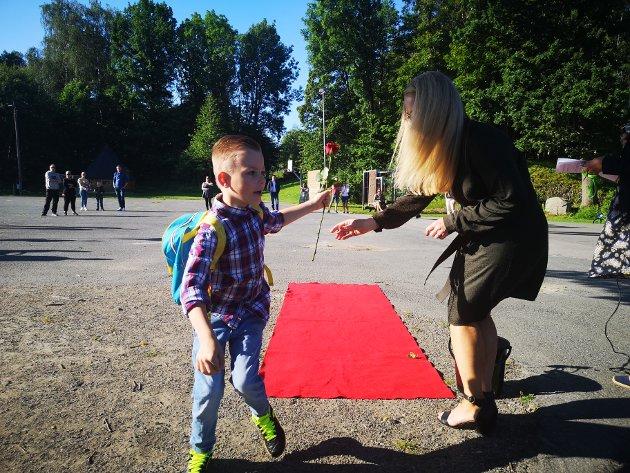 Arijus var ivrig på å komme seg videre, i det han grep rosen i forbifarten fra rektor Ingeborg Tysvær-Sørensen.