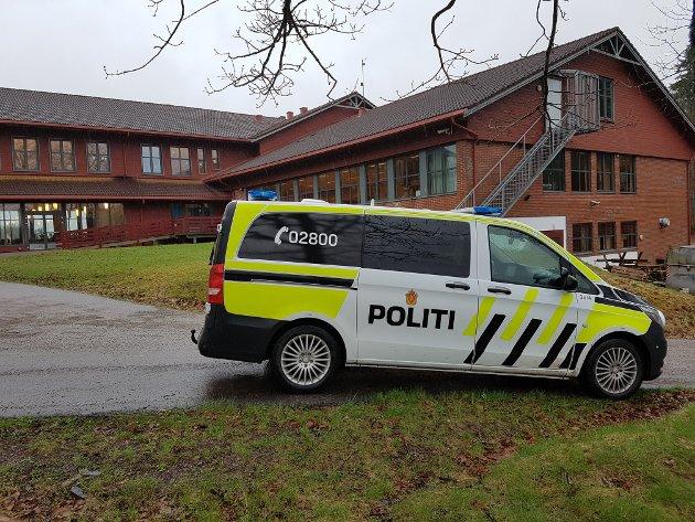 Politiet kom for å sikre spor etter innbruddet.  Innbrudd på kjøkkenet på Andebu ungdomsskole.