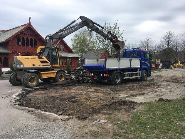 ASFALT AV: Arbeidet med å skrelle av nesten all asfalten startet etter påske. her er Frode Abrahamsen i gang med egen gravemaskin. PRIVATFOTO: Svein Ingebretsen