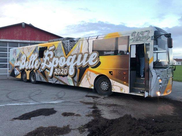 LA BELLE EPOQUE: Det er 23 jenter på bussen fra ulike byer i Vestfold og Telemark. Ettersom de kommer fra ulike byer og at de har hatt et fokus på inkludering i gruppa, har de blitt kjent med mange nye mennesker under bussprosjektet. Jentene forteller at bussen ikke er det man kaller en statsebuss, men at de heller er opptatt av å ha et sted og feire at de er ferdige med 13 års skolegang.