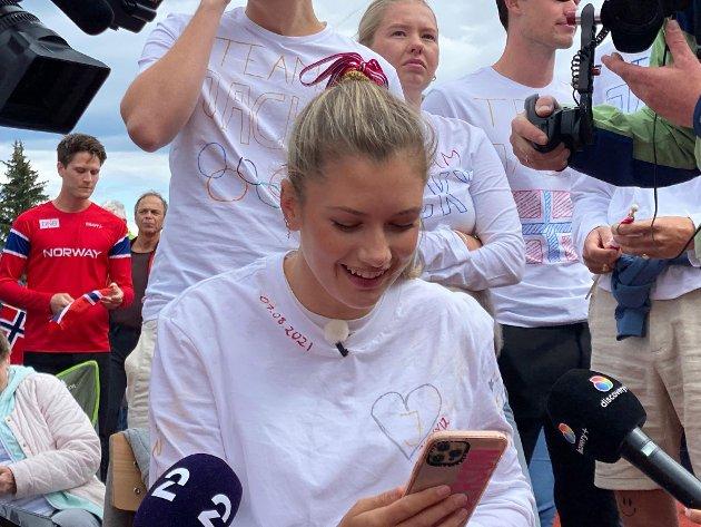 I SAMTALE: Her gratulerer Elisabeth Asserson forloveden Jakob. Fra Tokyo kan den ferske OL-vinneren melde at han følge seg bra og lettet.
