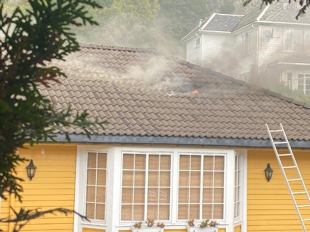Tydelige flammer gjennom taket på boligen