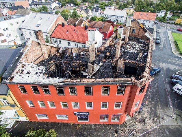 Dette bildet fra lufta viser skadeomfanget etter storbrannen i Sarpsborg sentrum