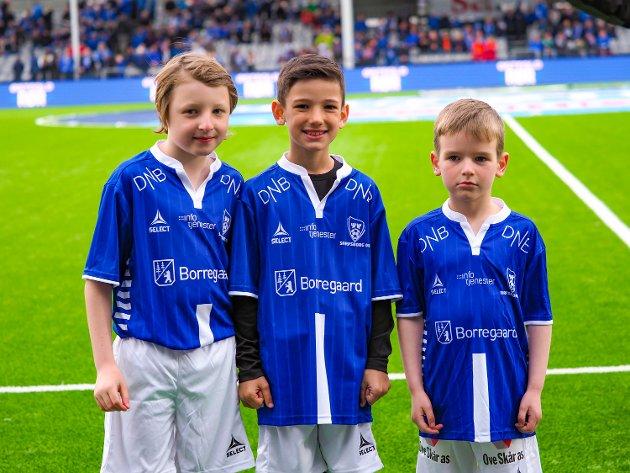 Kampens SA-maskotter var Nicolai Riise (f.h), Liam Svensen-Geraldi og Mathias Vågan. FOTO: Thomas Andersen