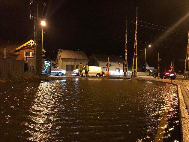 Veien var fullstendig oversvømt ved Stasjonsbyen onsdag kveld.