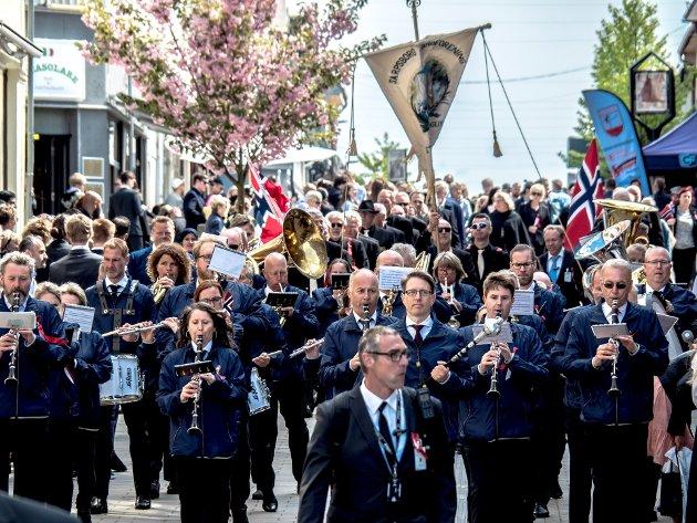 17. mai i Sarpsborg. Sarpsborg Janitsjar marsjerer i sentrum. (Foto: Tobias Nordli)