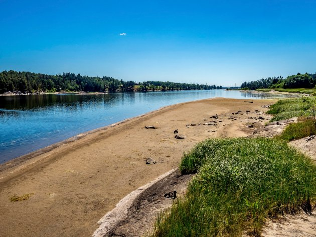 STRØKEN SANDSTRAND: Finstad Beach har åpenbart seg som følge av rekordlav vannstand i Glomma.
