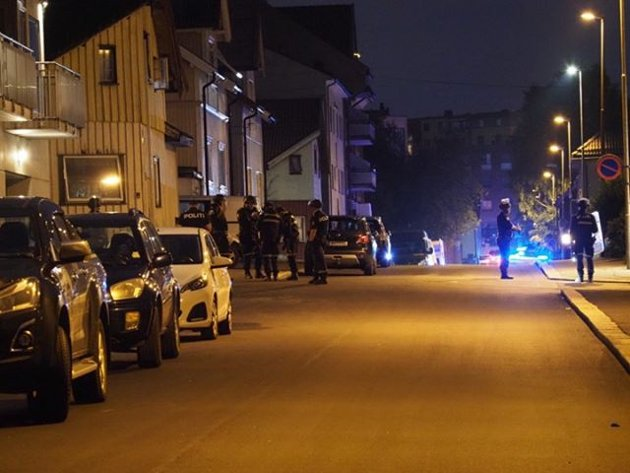Bevæpnet politi fra hele distriktet bisto i jakten på gjerningsmannen som angrep og drepte én kvinne i Sarpsborg sentrum natt til onsdag.
