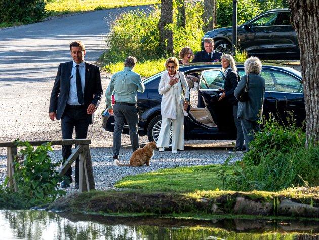 H. M. Dronning Sonja og Magne Furuholmen stiller ut kunst hos Ole Dørje og Soli Brug.
