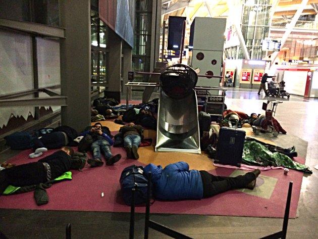 Lå strødd: I alle kriker og kroker på Gardermoen lå det folk og sov natt til torsdag. Lekeplassene med demping i gulvet var spesielt populære.