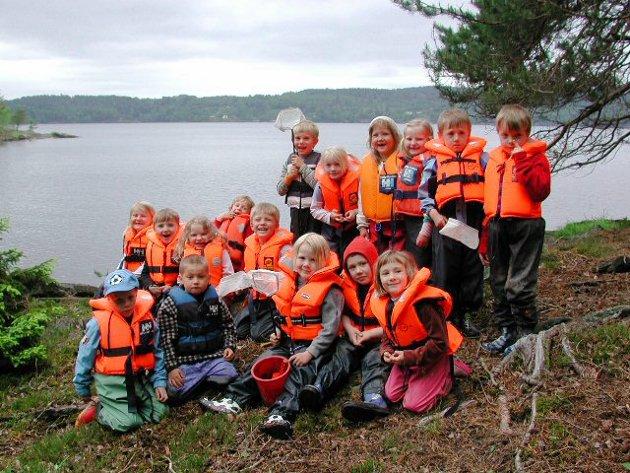 Båstad barnehage - avslutning 16 unger som hadde siste året i året barnehagen våren 2007. Kullet samlet ved Øyerens bredd.