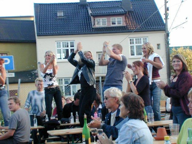 Kraftfestivalen startet i sin tid på nå nedbrente Snacken. Her danses det på bordene i 2003.