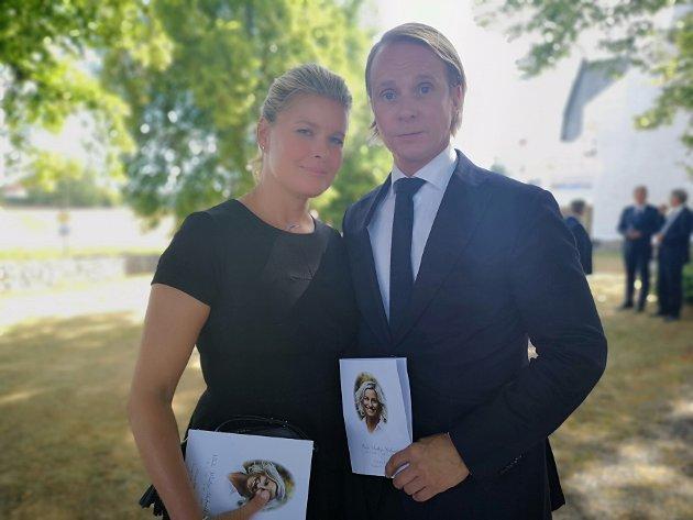 TV-stjernene Petter Pilgaard og Vendela Kirsebom: – Da jeg fikk nyheten om at Vibeke var død, var jeg ikke i tvil: Jeg sa til Petter at vi måtte i begravelsen. Vi måtte ta farvel. Det er viktig å vise familien og nære venner hvor mange som elsket henne, sier Kirsebom.  – Seremonien var vakker, og stedet var vakkert. Da vi kjørte hit flagget alle på halv stang, sier Pilgaard.