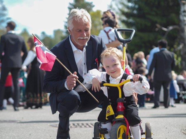 SPYDEBERG: Sivert Hult Larsen (3) syklet sammen med sin bestefar Bjørn Larsen.