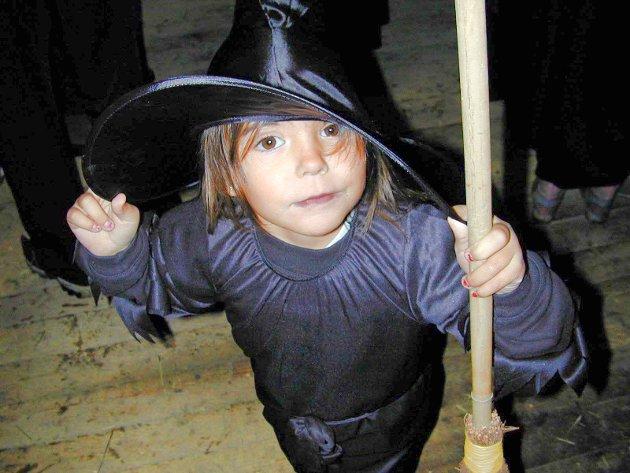 KNASK ELLER KNEP: En forventningsfull liten heks, Rebekka Søvik, like før hun kaster seg på sopelimen og drar ut for å tigge godteri i Spydeberg på Alle helgens aften- eller Halloween.