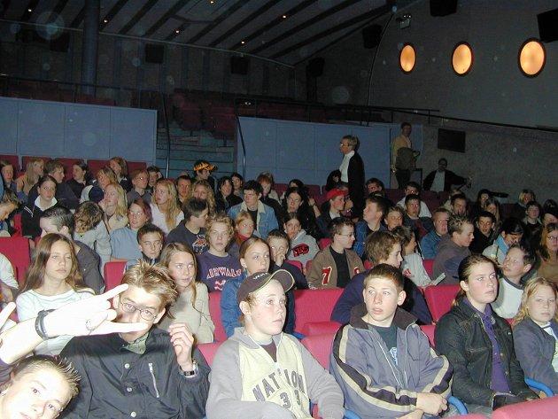 I 2003 skrev Smaalenenes Avis at ungdom under 18 år fikk kjøpe billetter til alle kinofremvisninger på Festiviteten til 60 kroner.