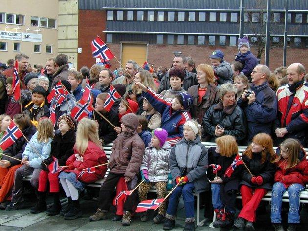 Utenfor Østfoldbadet hadde mange mennesker samlet seg for å se kongen.