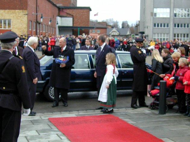 Sara Hoff Bjørkli (10) har overrakte kongen blomster ved åpningen